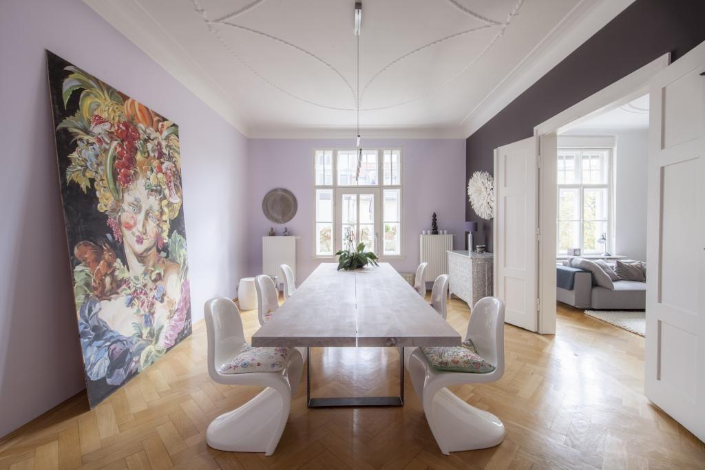 Essbereich mit großem Holztisch und riesigem Gemälde an der Wand ...