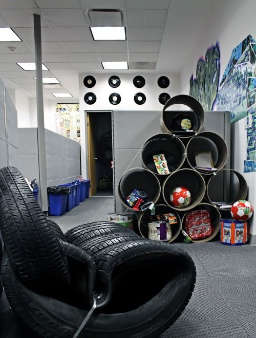 'Reifen-Sofa' und eine einzigartige upcycelte Vitrine in unserem TerraCycle Büro in Mexiko  #TerraCycle #eco #green #greenthinking #fair #nachhaltig #sustainable #plastik #plastic #waste #art #recycling