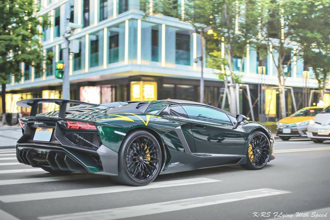 Lamborghini Aventador SV Roadster / Verde Hydra Mettalic