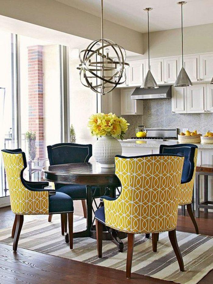jolie-table-carrée-salle-à-manger-contemporaine-avec-fleurs-sur-la ...