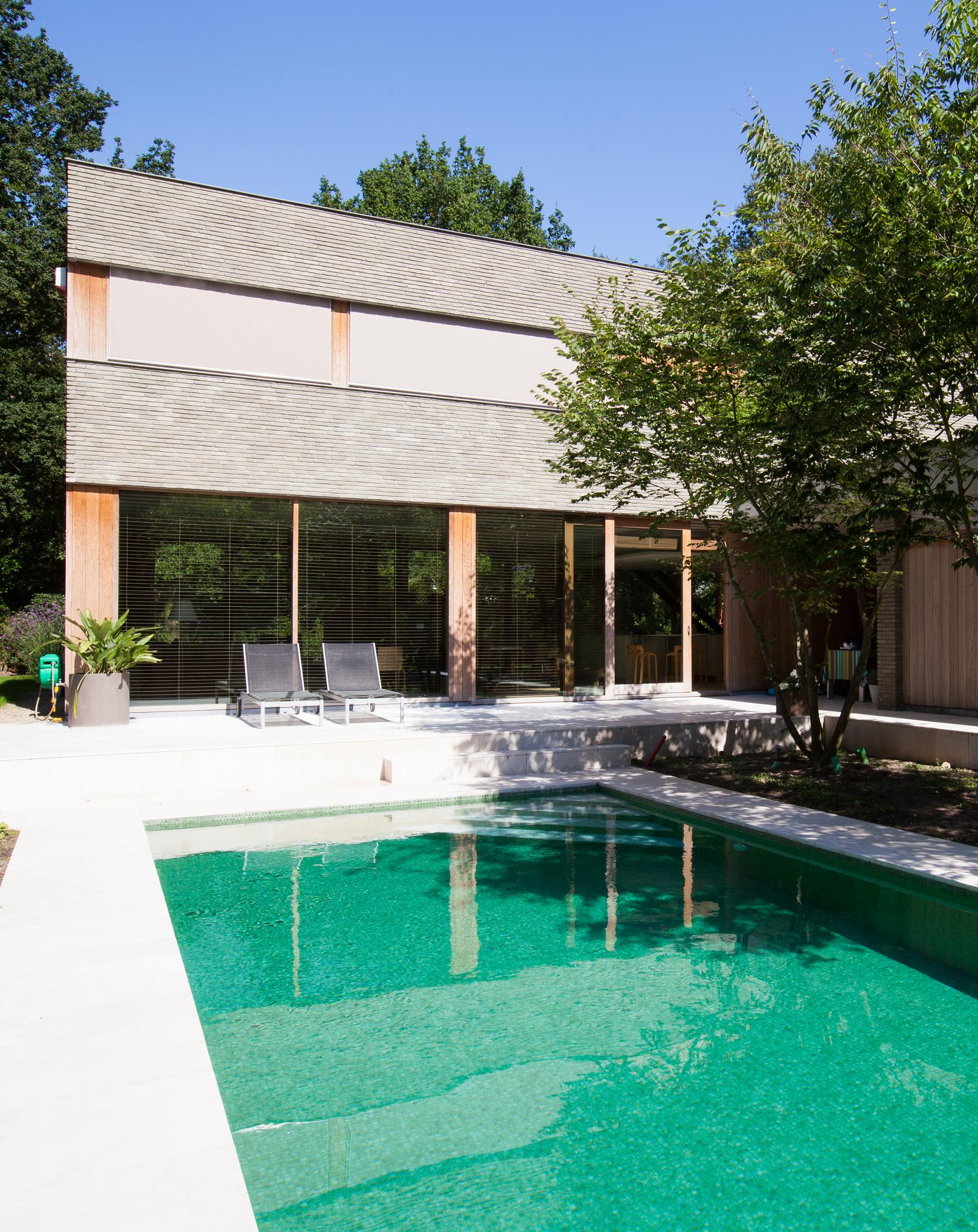 Levenslang wonen in een spel van contrasten architect for Zwembad spel