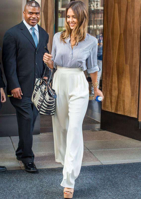 Jessica Alba, con camisa de Alice + Olivia, pantalones de Max Mara y bolso de Louboutin