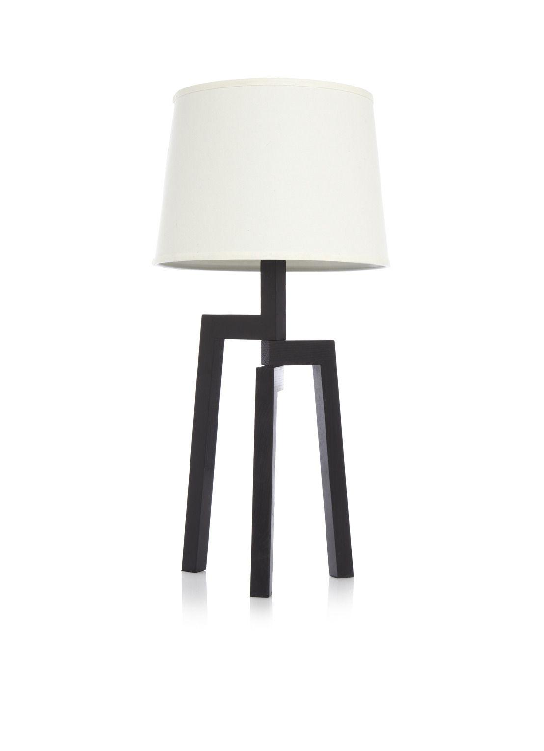 Wood line tafellamp. Deze design lamp heeft een moderne en natuurlijke uitstraling. De lampvoet is gemaakt van zwartgeverfd hout. De kap is van stof en heeft de kleur crème.