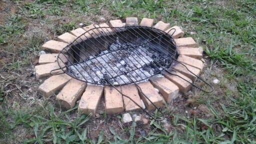 Barbecue enterré un trou dans le jardinu0027 quelques briques