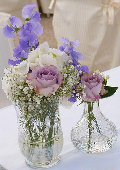 Vintage gef sse und glasvasen mit hochzeitsdeko in flieder for Hochzeitsdeko mainz