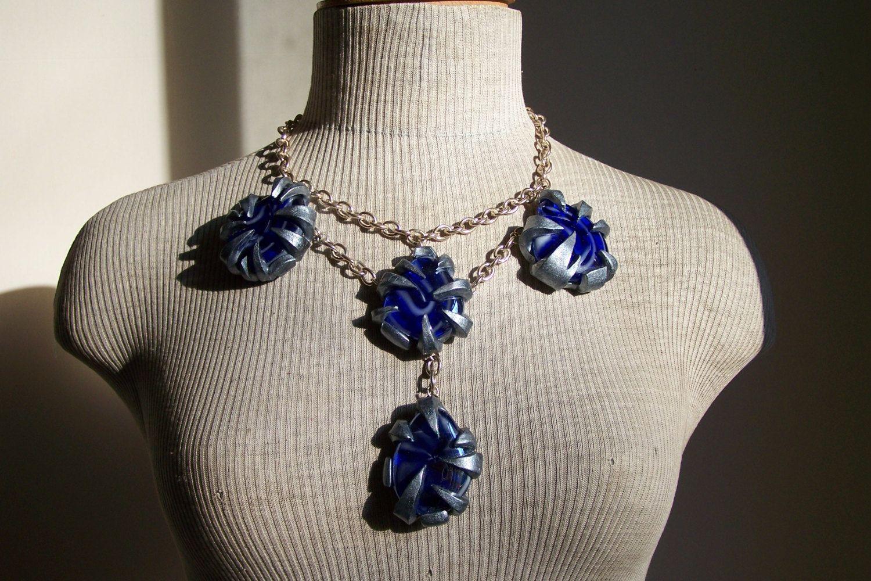 Collier plastron griffes argent pour retenir des palets en verre bleu - Création originale- de la boutique MyFrenchWorkshop sur Etsy