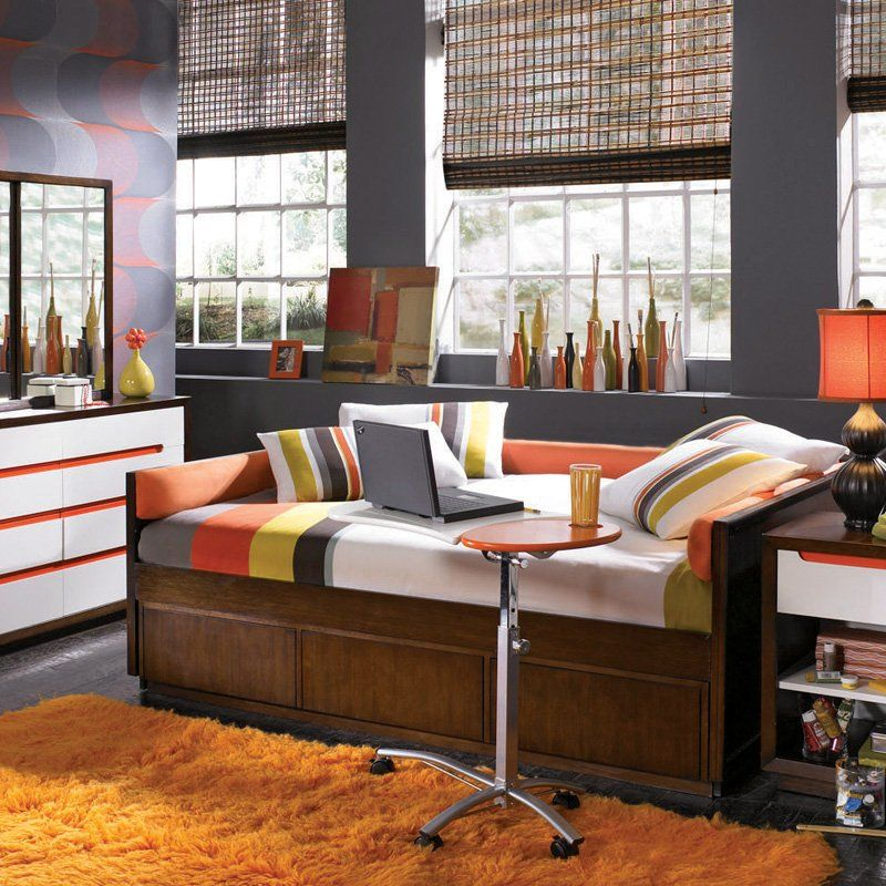 Love this fullsize daybed and the color scheme. Would be