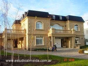 Fachadas de una residencia moderna con estilo cl sico en for Casas estilo frances clasico