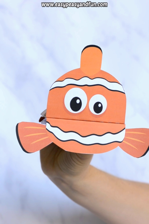 Printable Fish Puppet - bring story time to a whole new level - or just have a fun crafting session with your kids as they make their very own paper puppets. Print the template and have fun! Super cute clownfish craft for kids (other fish available too)