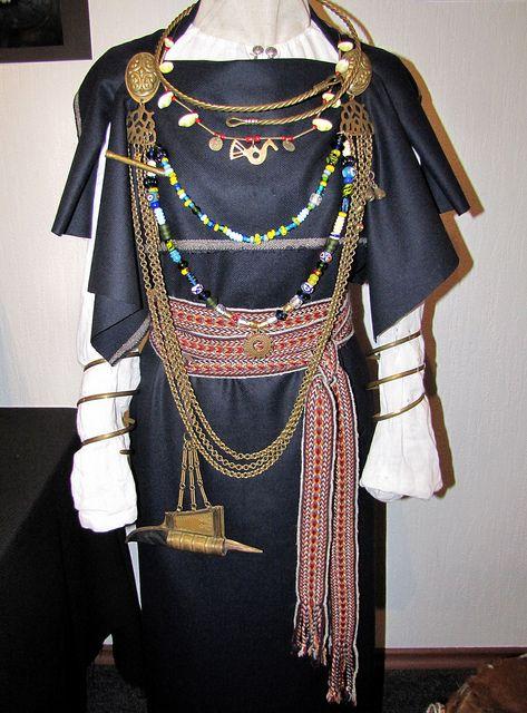 http://www.flickr.com/photos/perignon/7255386380/  Liivi naise rõivad ja ehted…