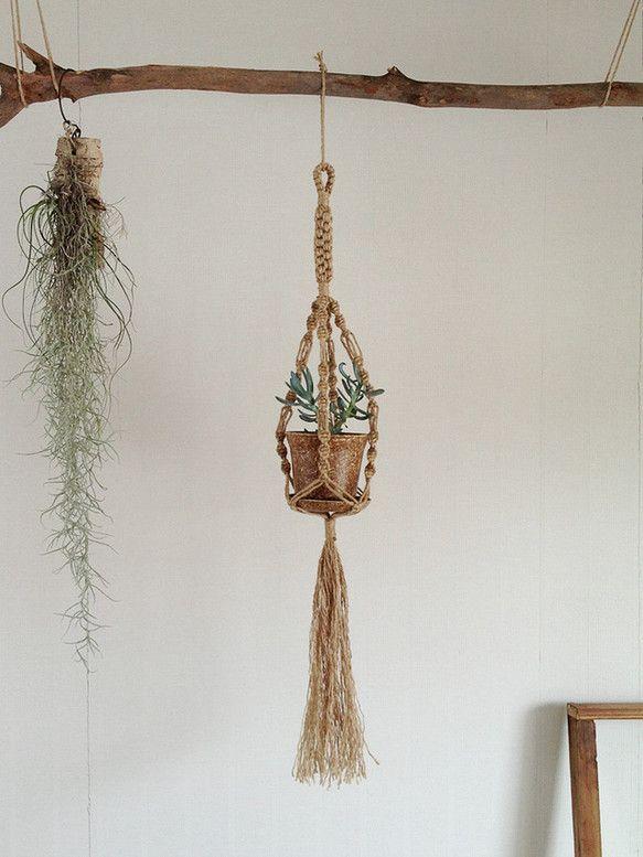 麻ひもをつかいマクラメ技法による手編みのプラントハンガーです。 鉢に入れた植物などを吊るしたりします。素材:麻(ジュート) 紐の太さ:約3mm 全長:約90c... ハンドメイド、手作り、手仕事品の通販・販売・購入ならCreema。