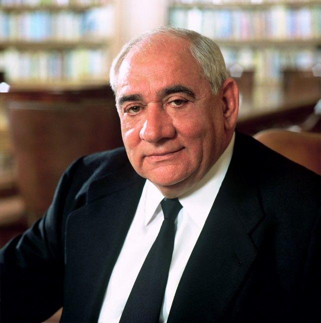 * Isidoro Álvarez Álvarez * Empresario  español, actual presidente del grupo El Corte Inglés. Es sobrino y sucesor del fundador de la empresa, Ramón Areces