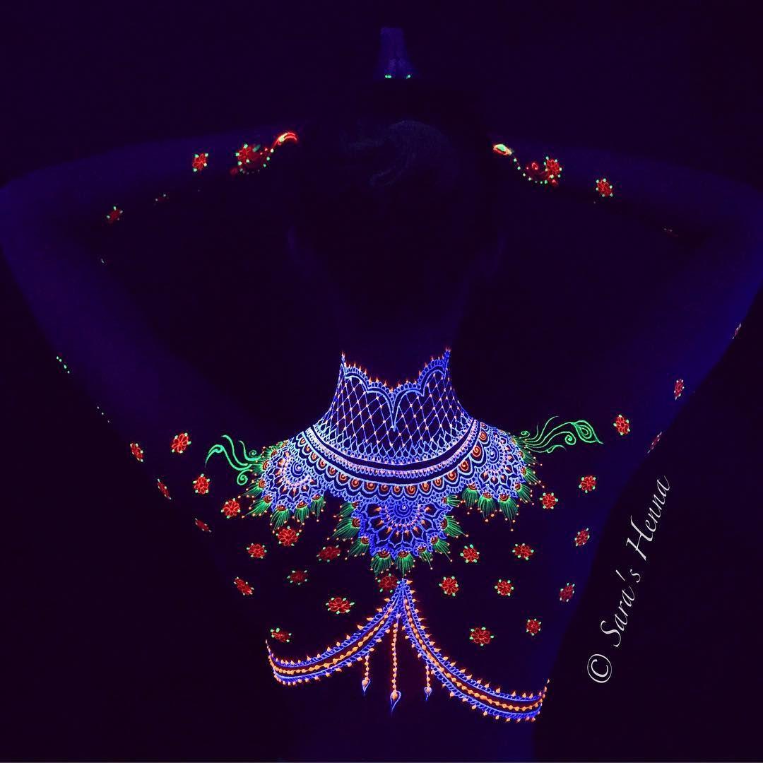 I tattoo all'henné UV che si vedono di notte sono la tua prossima fissa
