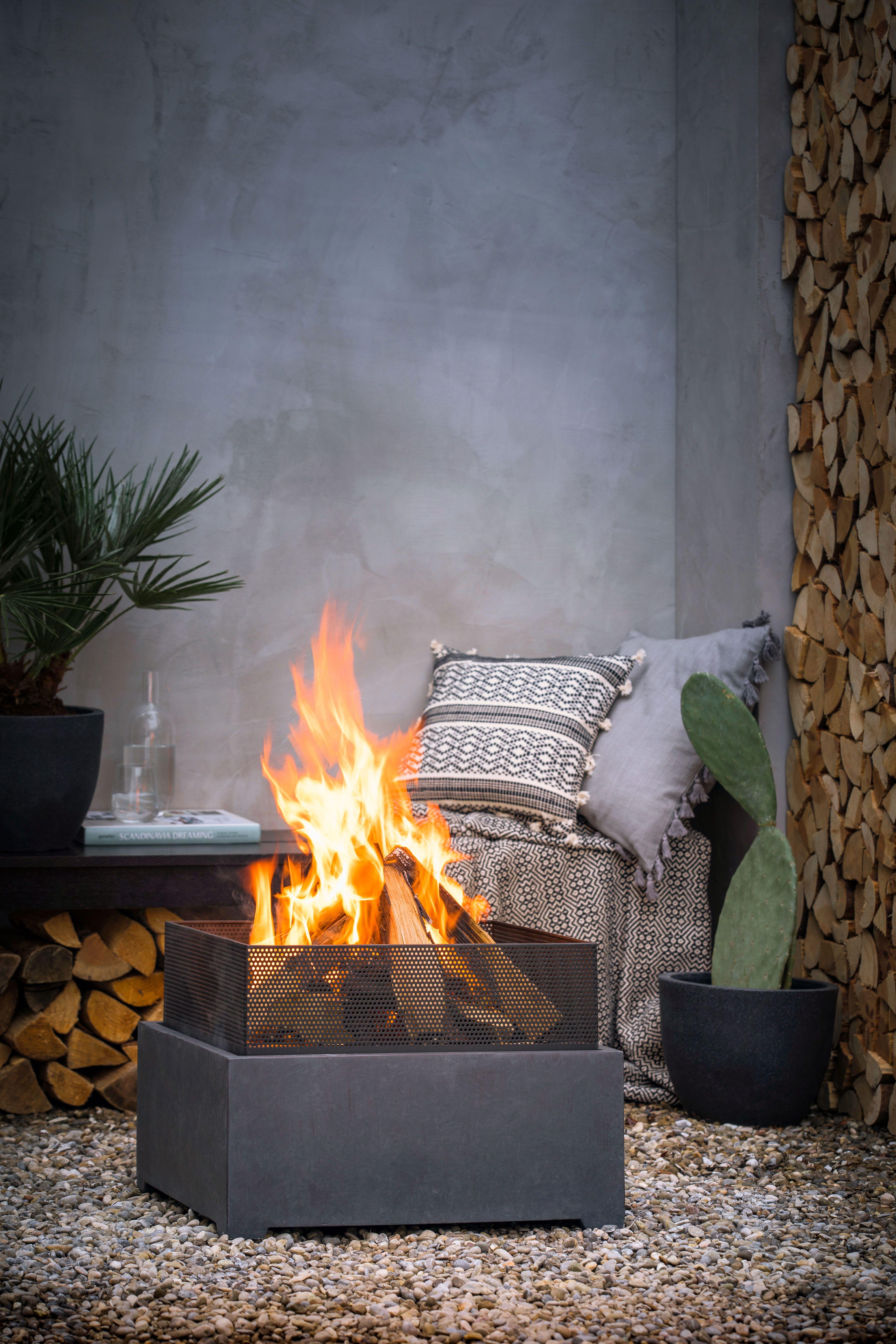 Lagerfeuer Fur Eine Gemutliche Atmosphare Feuerschale Feuerschalen Garten Feuerstelle Garten