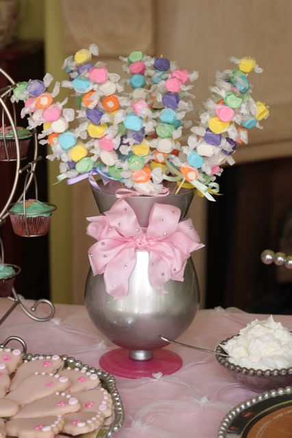 puedes usar brochetas de dulces para darlas como souvenirs