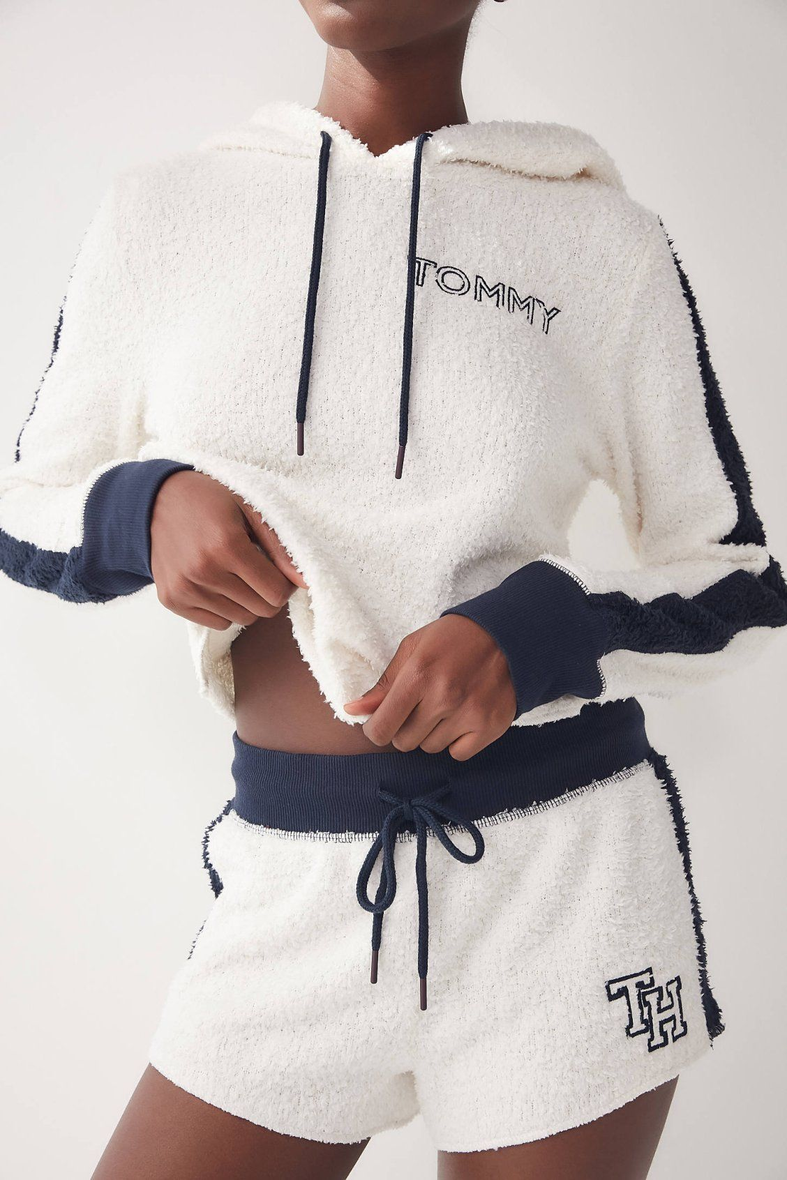 Tommy Hilfiger Marshmallow Short Urban Outfitters Tommy Hilfiger Outfit Sporty Outfits Outfits With Leggings