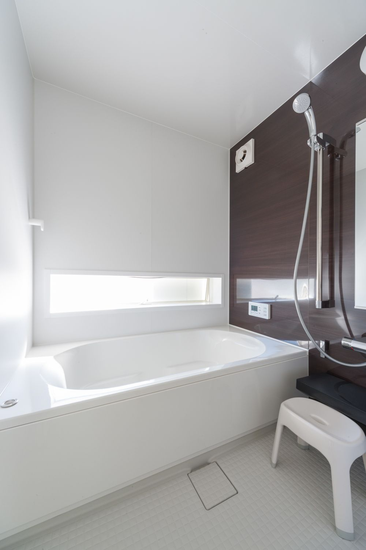 横長に配置した窓から光が気持ちよく入る浴室 ユニットバス システムバス 断熱 お手入れ メンテナンス シャワー 浴室 お風呂 注文住宅 一戸建て 1616 一軒家 戸建て 新築 工務店 リノベーション インテリア リクシル lixil ユニットバス