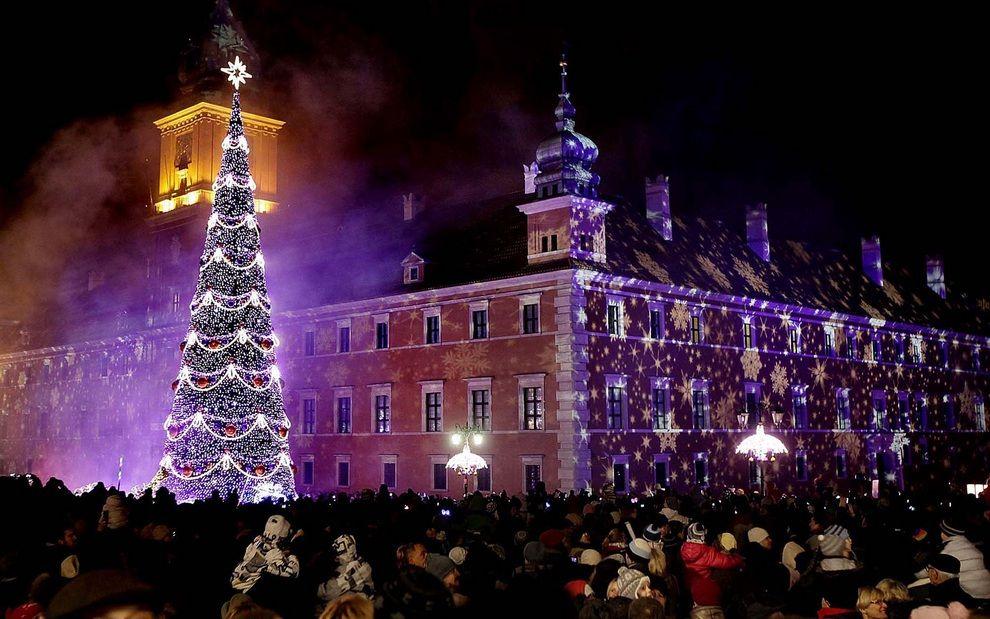 Поляки гуляют вокруг рождественской ёлки в центре Варшавы, Польша.