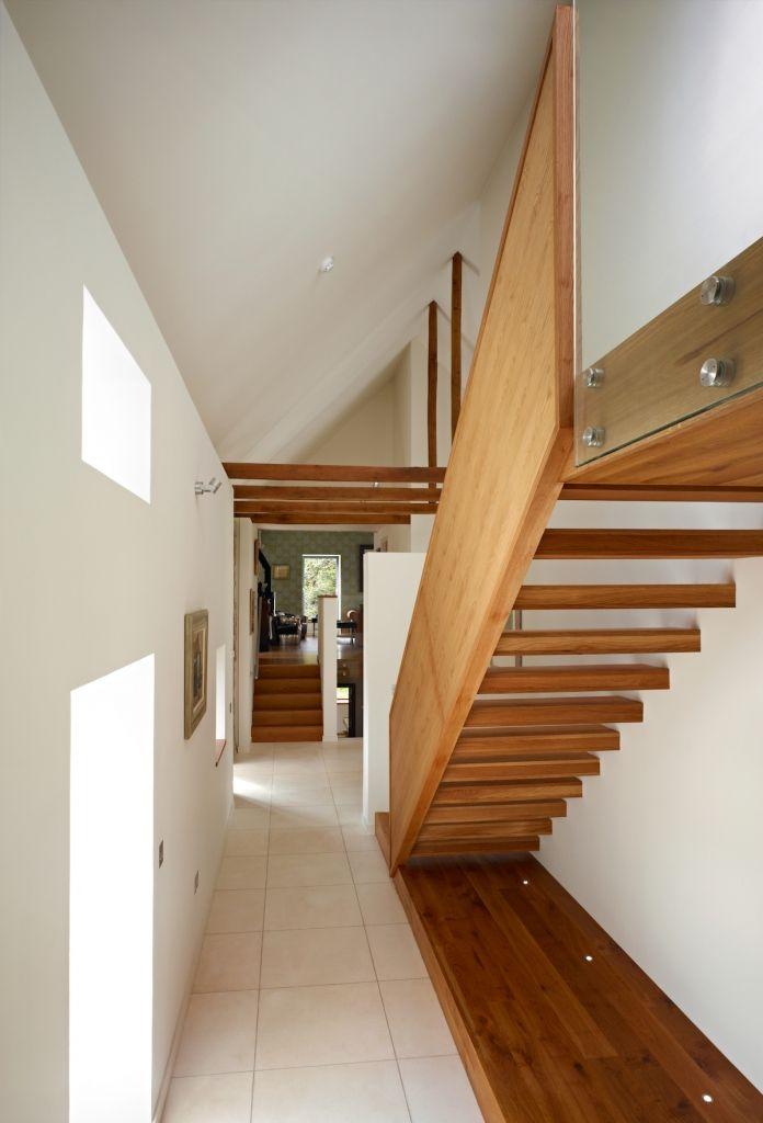 Längliche Treppenstufen im weißen Gang eines renovierten Altbaus - haus renovierung altgebaude