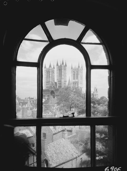 detrás de una ventana de la del Obispo Hotel), Lincoln , Inglaterra, 1947
