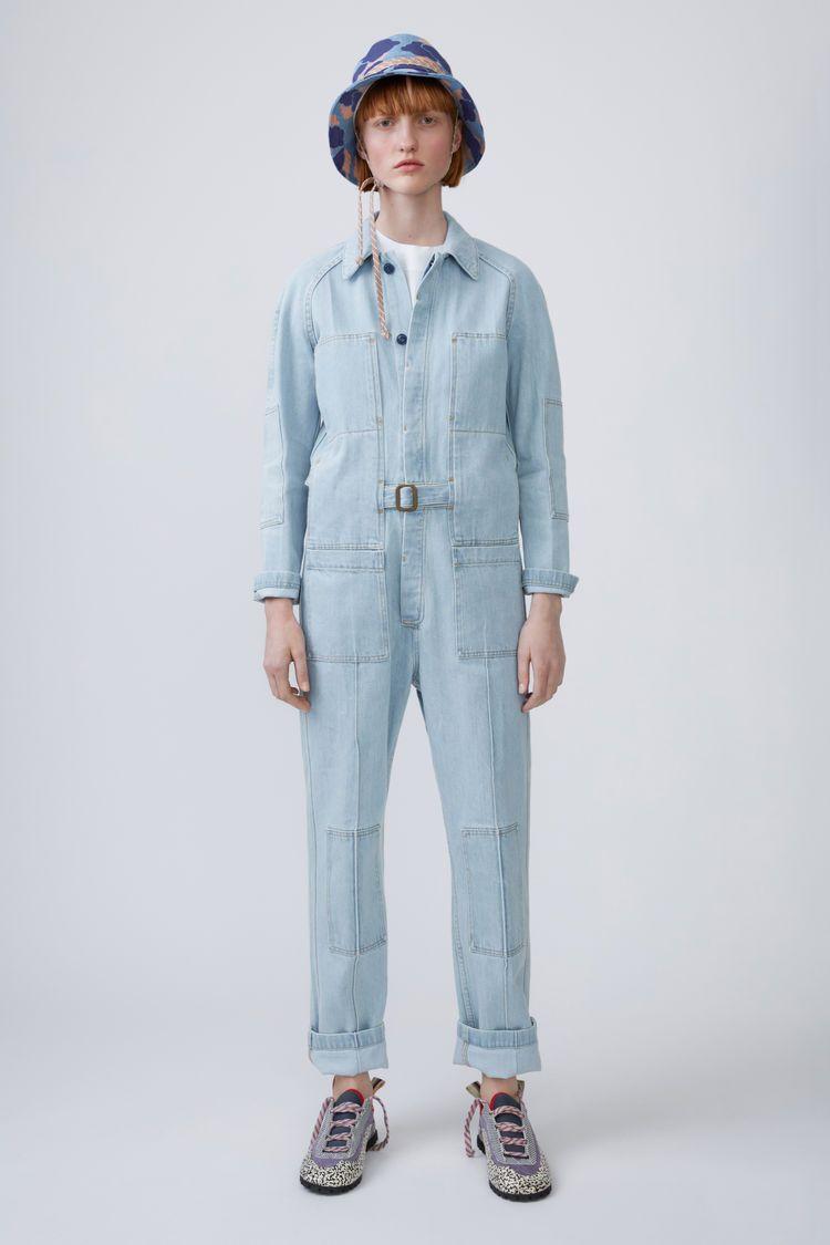 e331fb51bf2 Acne Studios Blå Konst Bolt light vintage is a utilitarian jumpsuit with a  belted waist.