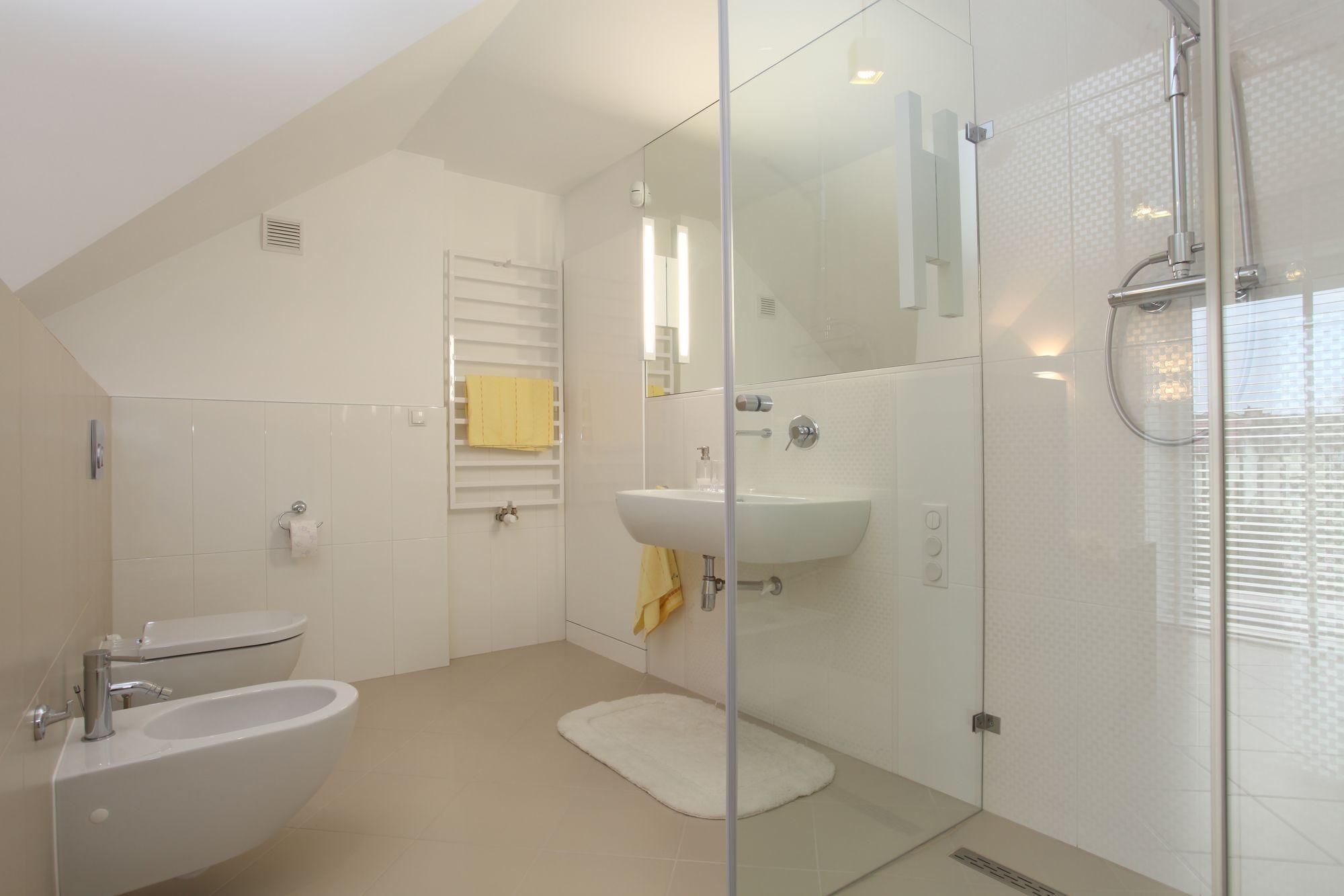 Idee per un nuovo bagno in | Bathroom floor cabinets, Bathroom ...
