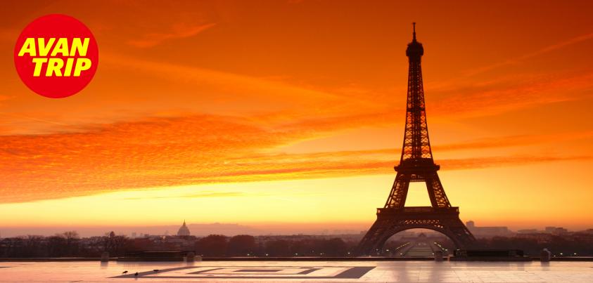 """La Ciudad de la Luz... París siempre París...    Símbolo del romanticismo, de la moda y del lujo. Ciudad bohemia y elegante, secreta y misteriosa.    Sabías que la """"Ciudad de la Luz"""" se debe a que París fue la primera ciudad en dotar sus calles y edificios importantes de luz eléctrica? Lo que causó admiración en todo el mundo."""