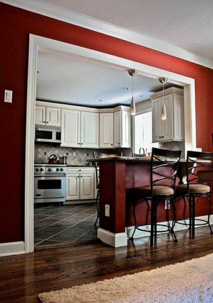 cuisine avec carrelage noir, murs rouges, bar de cuisine moderne, tabouret de bar design
