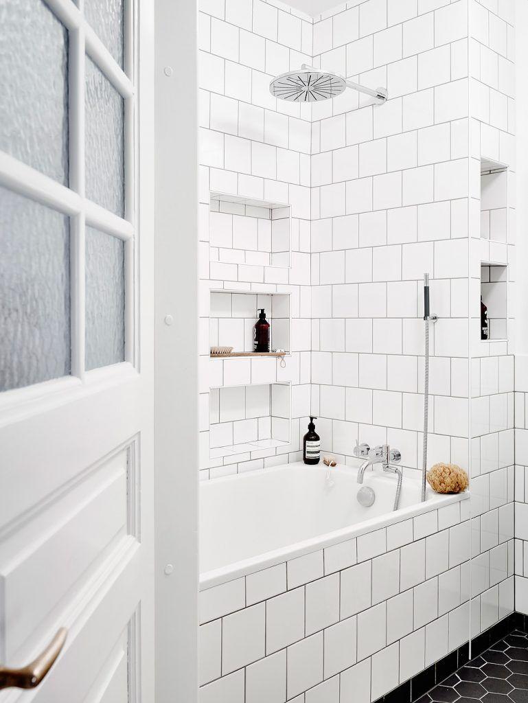 Mooie badkamer met een combinatie van zwarte en witte tegels ...