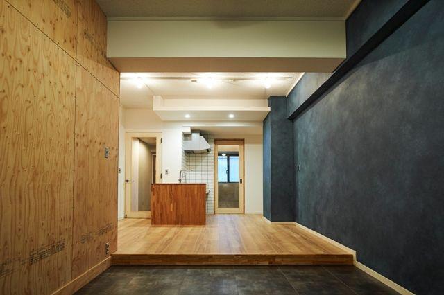 一段下がった床はキッチン部の床材と材質を変えることで変化が出る