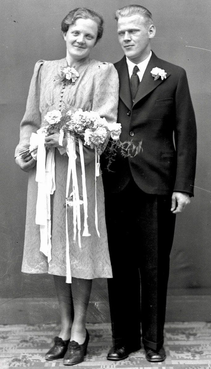 1940 wedding dress  Pin by Jolanda Cornelisse on Daar komt de bruid   Pinterest
