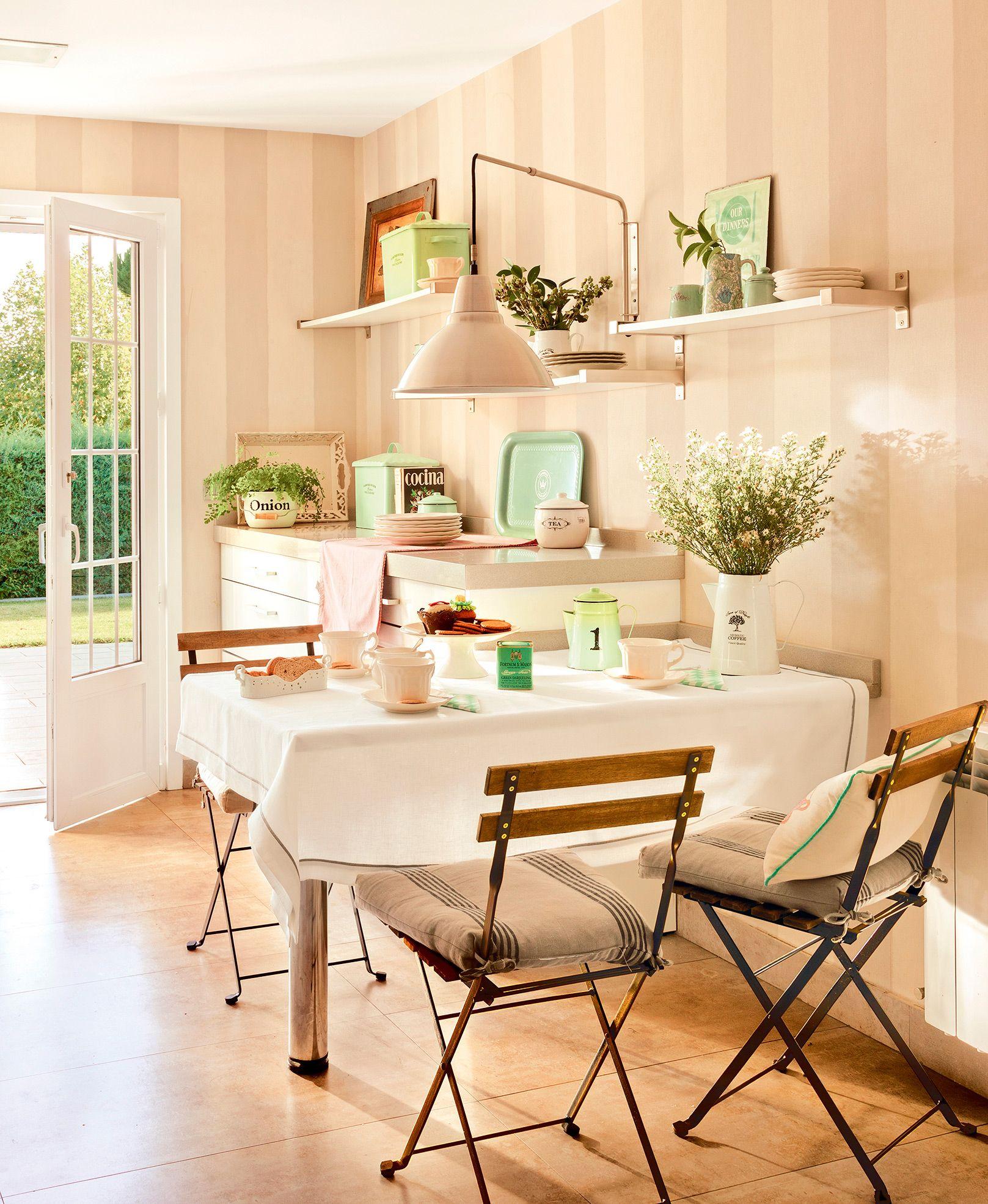 Comedor con mesa fijada a la pared, sillas plegables, accesorios ...