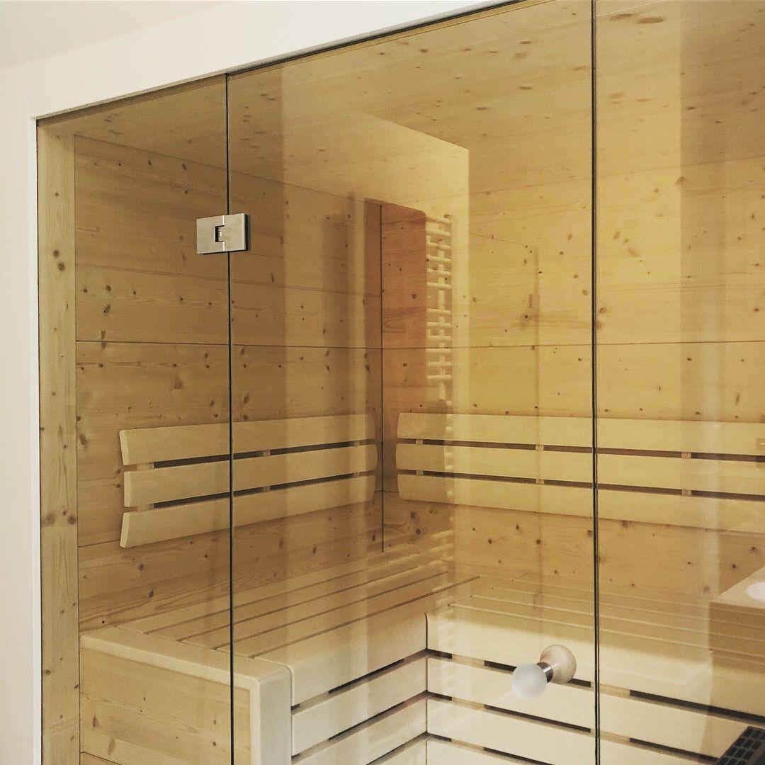 Badezimmer mit 2 waschtischen verglasung einer sauna mit  festen seitenteilen und einer pendeltür