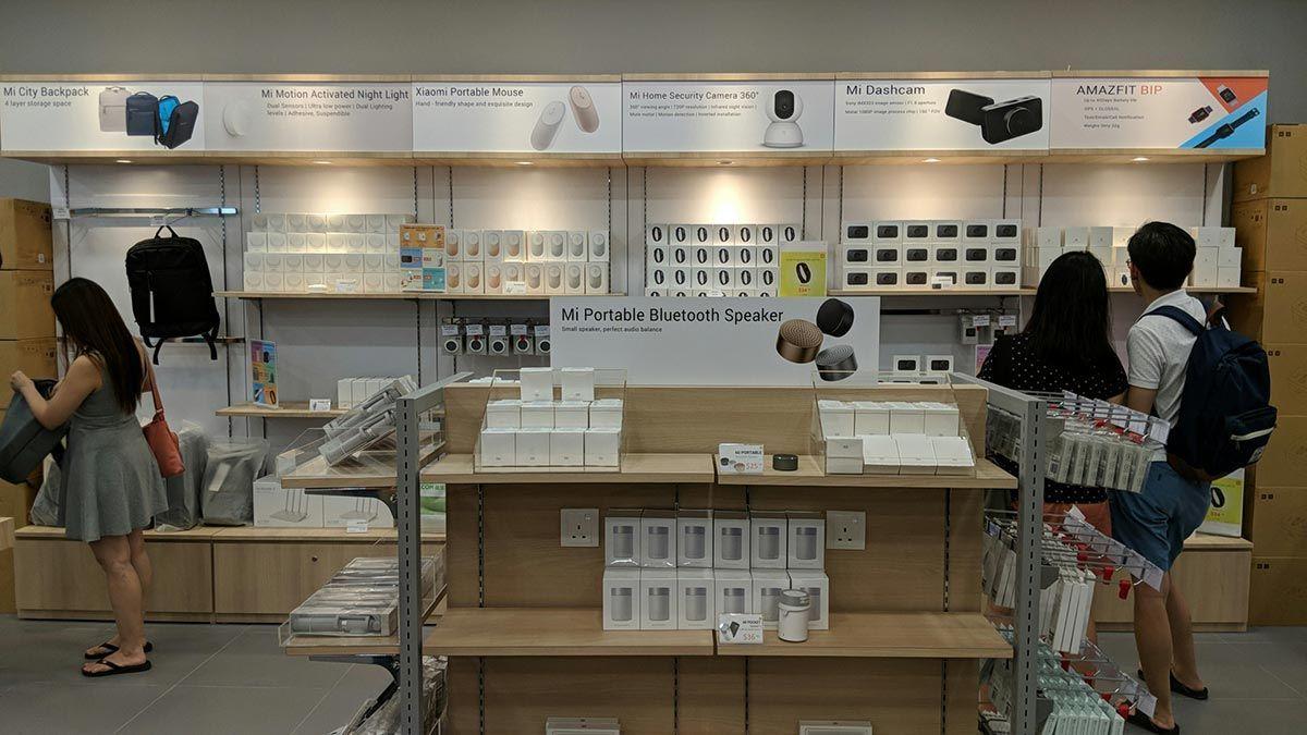 Mi Store Vivocity Singapore In 2021 Phone Shop Phone Store Store Design