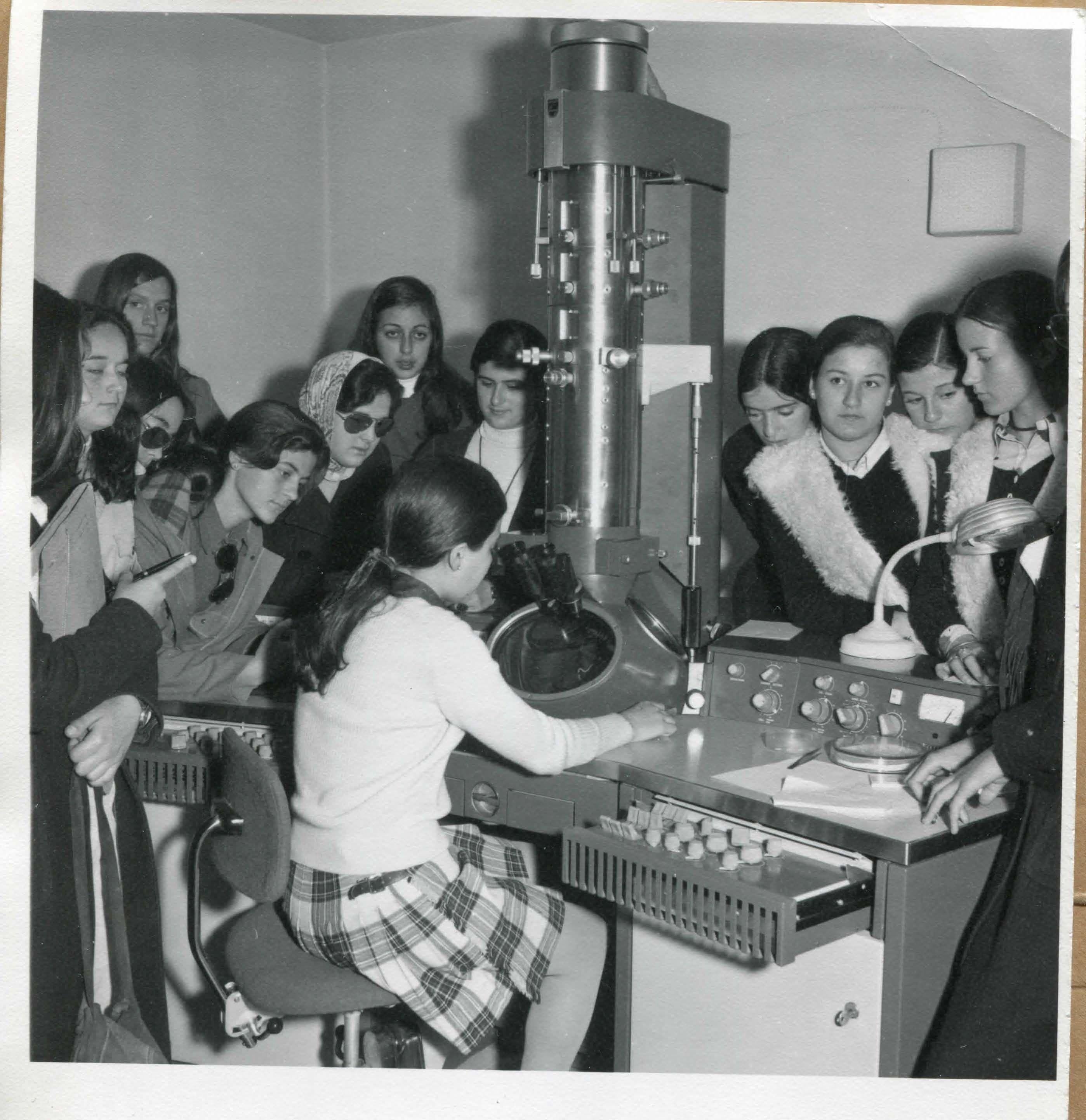 Un grupo de chicas de un colegio, de visita en el Instituto, en el microscopio electrónico Philips 300. http://aleph.csic.es/F?func=find-cccl_term=SYS%3D000127239local_base=ARCHIVOS (AICA)