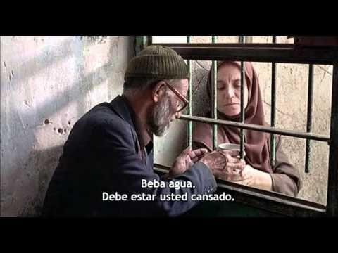 Irán LA MANZANA (1998) Samira Makhmalbaf Irán, fines del siglo XX. Un hombre y su esposa ciega viven con sus dos hijas de 11 años, cautivas en el hogar desde el nacimiento.  Un hecho real que apareció en los diarios y la televisión iraníes. Makhmalbaf entró en contacto con la familia inmediatamente conocidos los hechos, y consiguió su participación en este documental que narra el encuentro de las niñas con el mundo exterior.