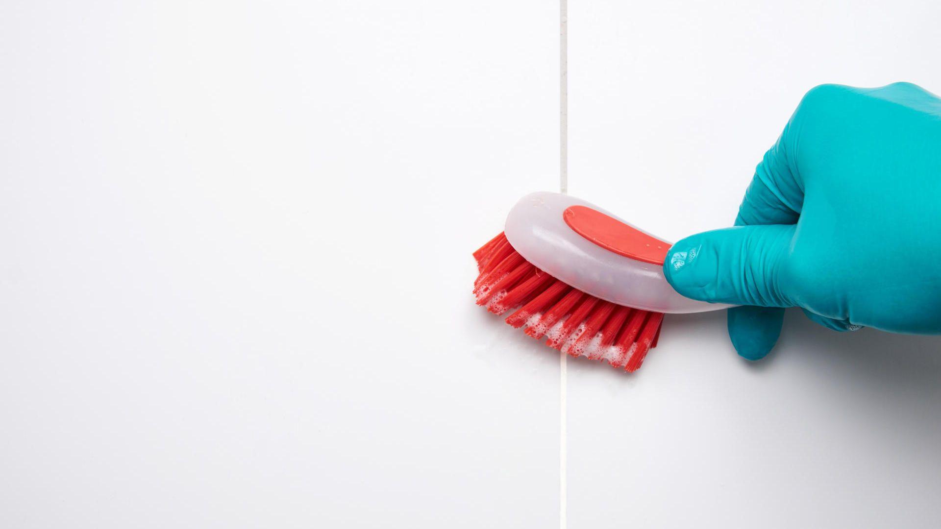 Kalk Und Schimmel Im Bad Einfacher Loswerden Fugen Reinigen Badezimmer Putzen Tipps Schimmel In Der Dusche Entfernen