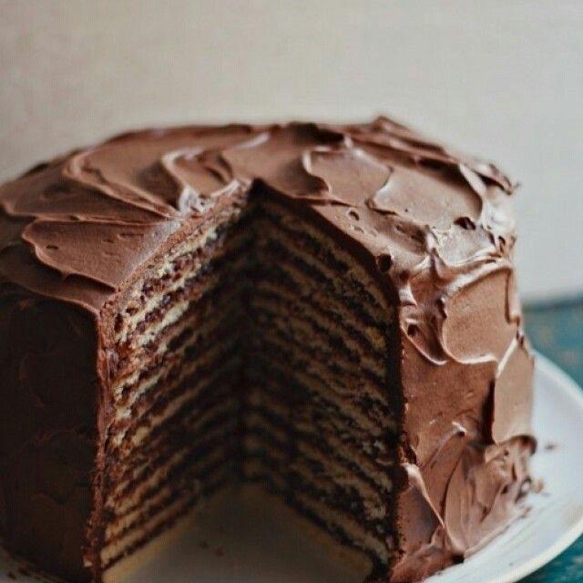 Um bolo de 12 camadas (isso mesmo) incrível e delicioso do @acozinhacoletiva! #bolo #chocolate #camadas #doce #sobremesa
