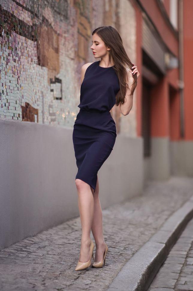 Granatowa Sukienka Z Odkrytym Tylem Bezowe Szpilki I Cieliste Ponczochy Ari Maj Personal Blog By Ariadna Majewska Kleider Fur Feste Kleidung Frau