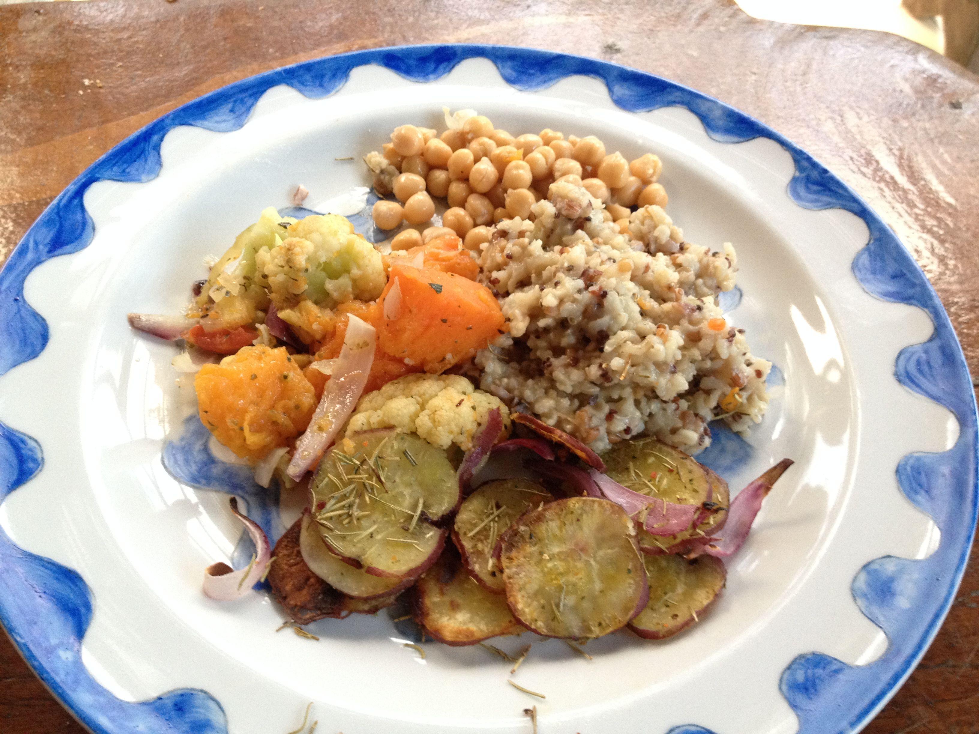 Arroz sete grãos integral, batata doce com alecrim, grão de bico e legumes com curry, cebola roxa e condimentos! hummmmm
