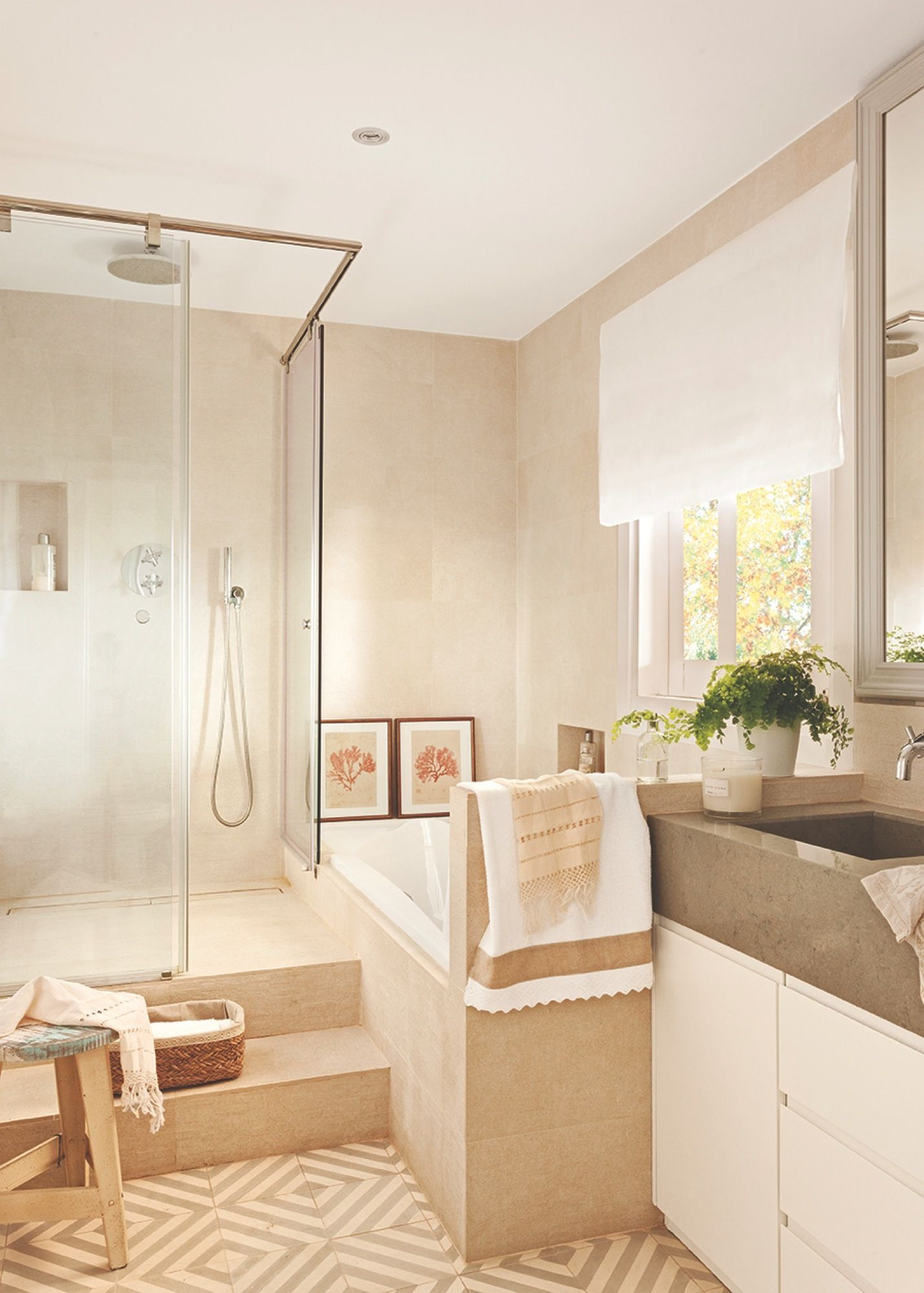 Ba o luminosos con ducha y ba era en paralelo bathroom - Baneras y duchas ...
