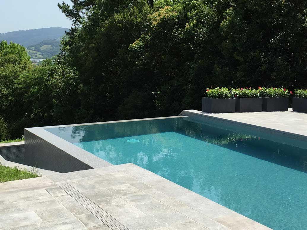 Piscina infinity con gres porcel nico rosa gres piscinas for Piscinas sobre suelo