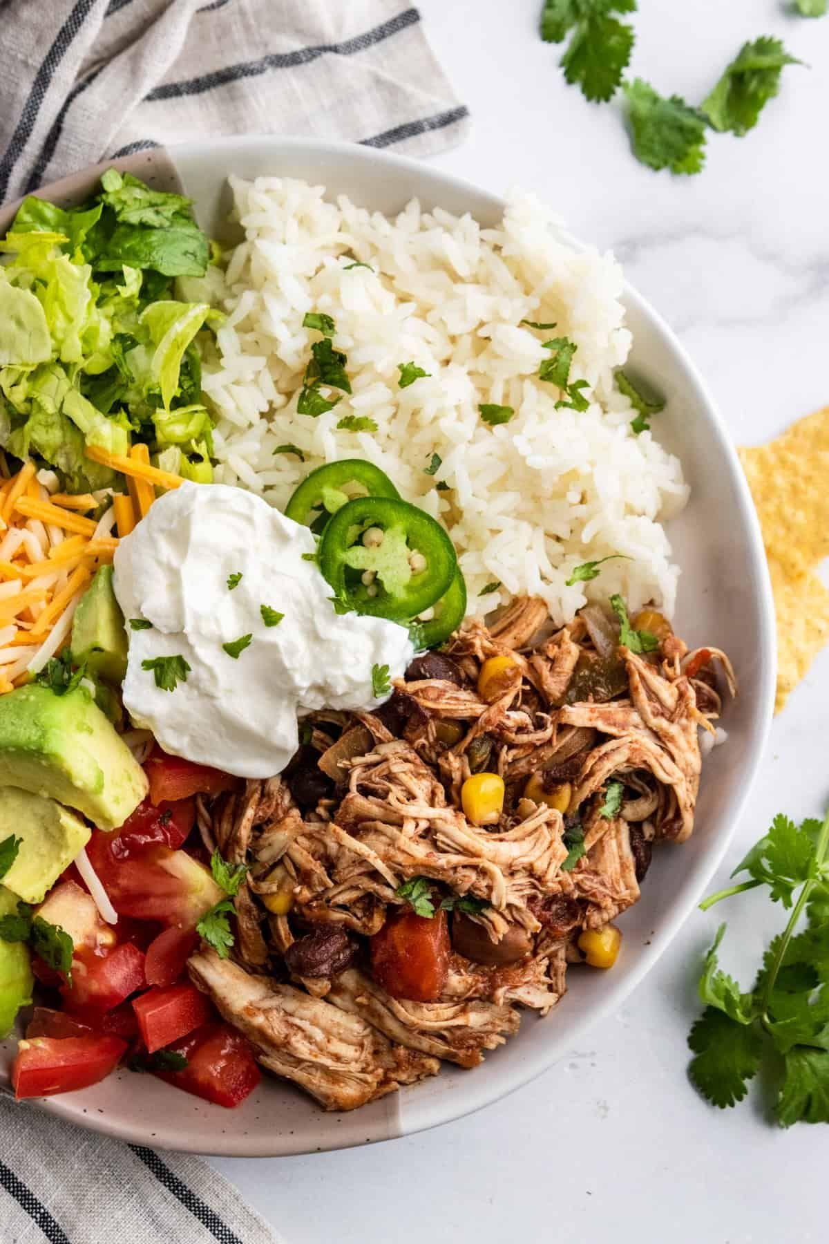 Slow Cooker Chicken Burrito Bowls #slowcooker #chicken #burrito #bowl #mexicanrecipe #blackbean #chilepepper #dinner #dinnerrecipe #rice | Lemons + Zest