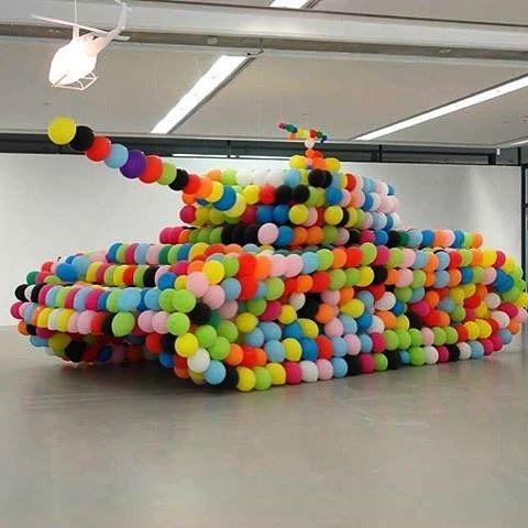 A tank made of balloons by #HansHemmert