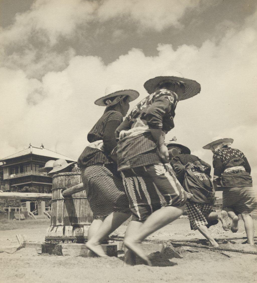 282. Kamogawa: Going Round on the Windlass, Bare Feet in the Sand