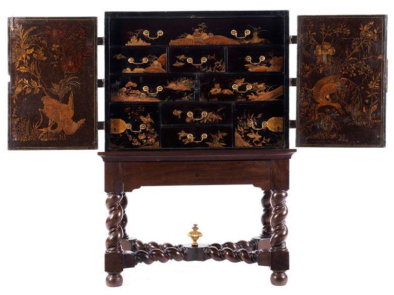 Der streng rechteckige Kabinettkasten zweitürig, dahinter ein Einbau mit neun Schüben. Diese in mehreren Registern in unterschiedlichen Höhen und Breiten ...