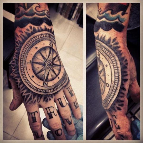tatouage par gregorio marangoni compass tattoo and tatting. Black Bedroom Furniture Sets. Home Design Ideas