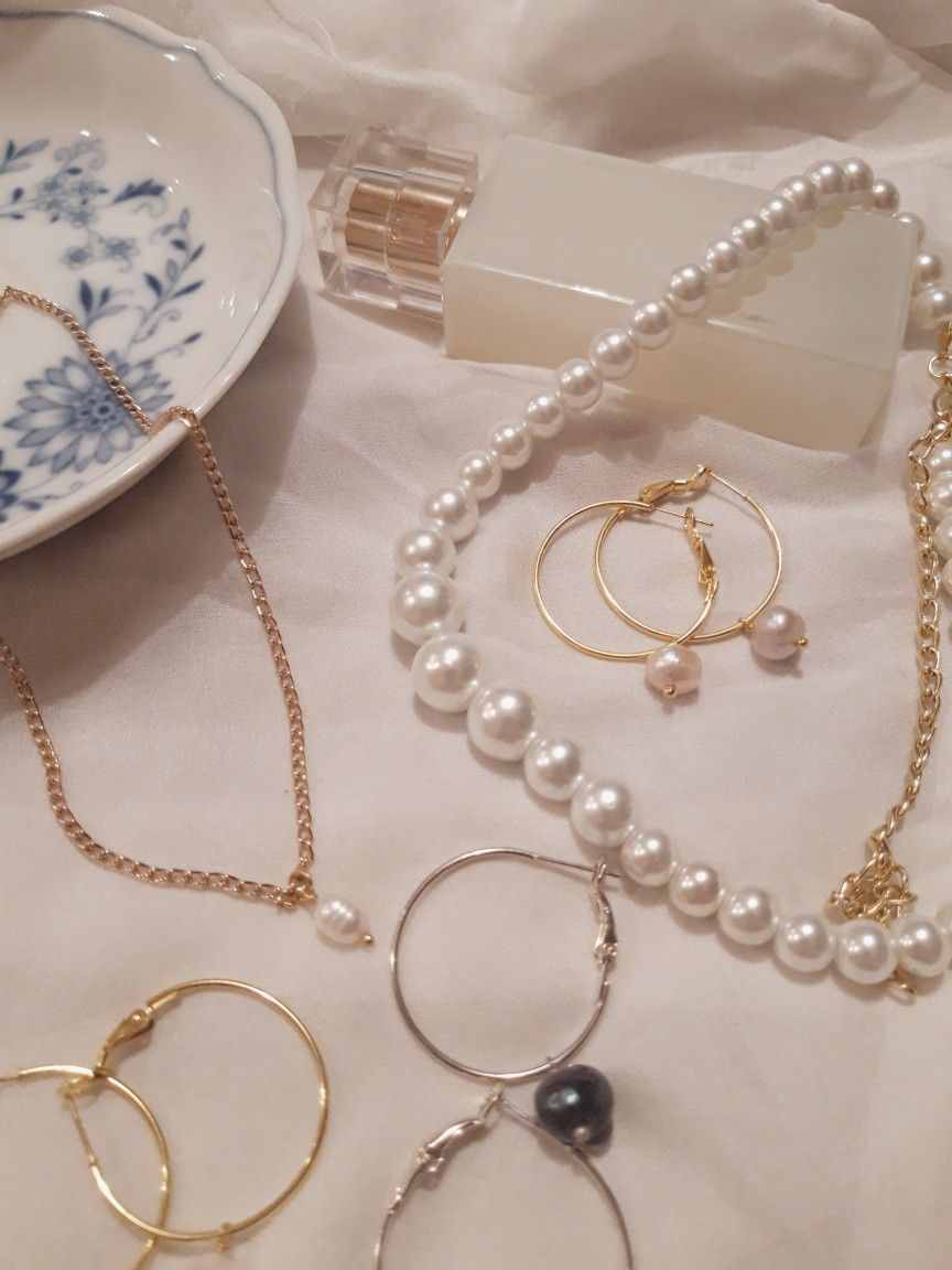 Photo of Pearl earrings and necklace
