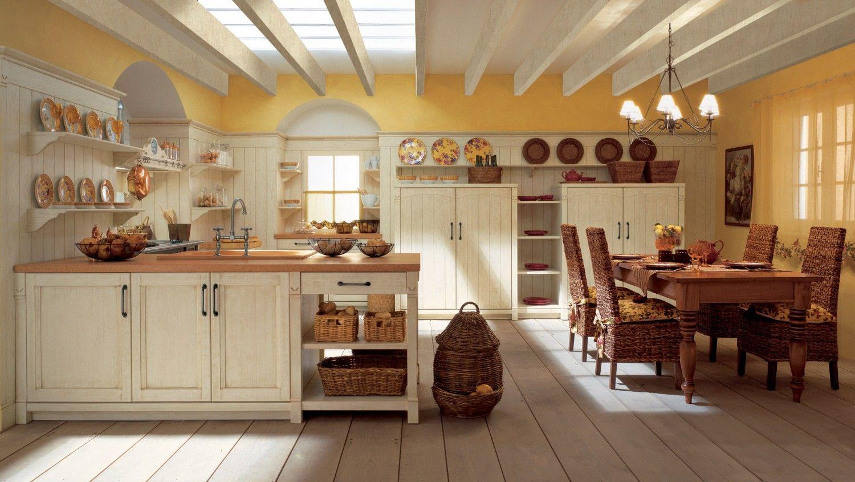 Cucina in legno con penisola finitura bianco burro anticato