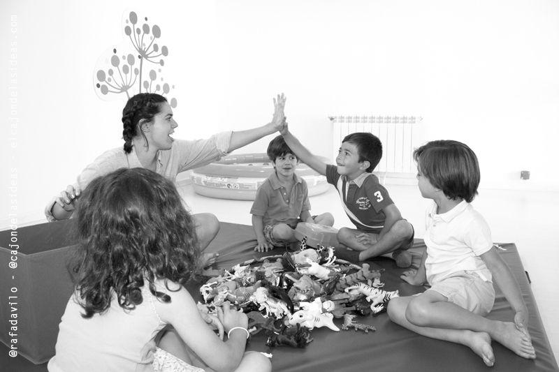 """Una palmada, un halago, un """"great job"""" es el refuerzo positivo que los profesores de inglés dan a los niños cuando participan"""